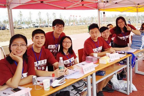 青岛校区迎新志愿者 孙先正 (左二)